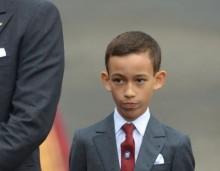 Το αλλόκοτο βίντεο με την αντίδραση του 12χρονου πρίγκηπα του Μαρόκου όταν πάνε να του φιλήσουν το χέρι