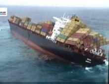 Δείτε την σοκαριστική στιγμή όπου ένα εμπορικό πλοίο αναποδογυρίζει μέσα στη θάλασσα (video)