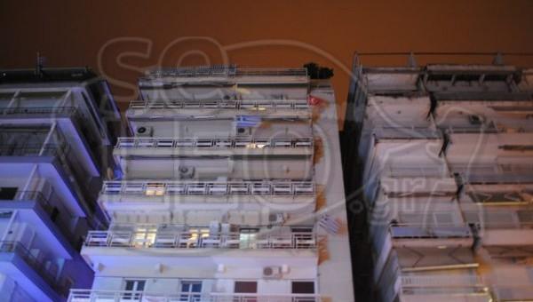 Αναστάτωση στο κέντρο της Θεσσαλονίκης. Ένοικος κρέμασε στο μπαλκόνι του σημαία της Τουρκίας (ΦΩΤΟ)