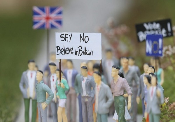 epa05379075 Mini demonstrators for Brexit are seen in front of a miniature of British Parliament in Mini-Europe miniture park in Brussels, Belgium, 20 June 2016. Miniture representations show a mix of demonstrator for and against Brexit in front of a miniture Britsh Parliament. The seven miniature models of British monuments will be removed in case of Brexit.  EPA/OLIVIER HOSLET