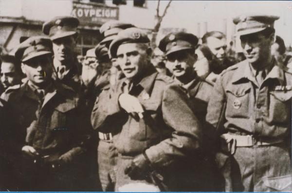 Παλαιότερη φωτογραφία του Στγου Καλίνσκη, με το βαθμό του Συνταγματάρχη μεταξύ αξιωματικών μονάδας, κατά τη διάρκεια των επιχειρήσεων εναντίον των ανταρτών. (Αρχείο ΓΕΣ/ΔΕΔ)